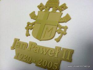 Herb Jana Pawła II wygrawerowany  w złotej plexi