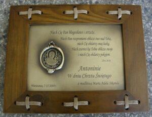 Tabliczka grawerowana w mosiądzu z okazji Komunii św. w ramce