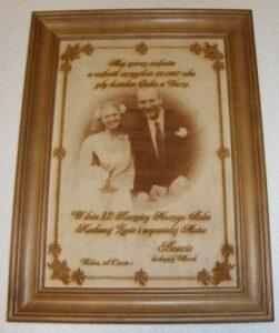 Pamiątka ślubu grawerowana na listewce drewnianej w ramce