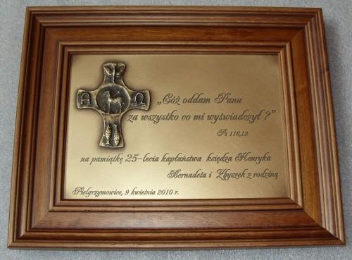 Grawerunek w mosiądzu z okazji Komunii św. w ramce drewnianej