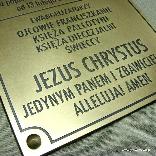Mosiężna tablica grawerowana upamiętniająca Misje Św.