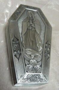 Motyw religijny na osłonie aluminiwej filtra do motoru