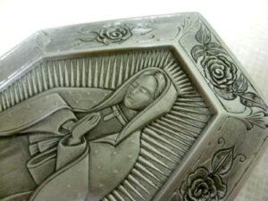 Motyw religijny na osłonie aluminiowej filtra do motoru
